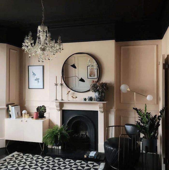 lustre baroque plantes vertes murs claires renovation plafond inspiration décoration plafond salon