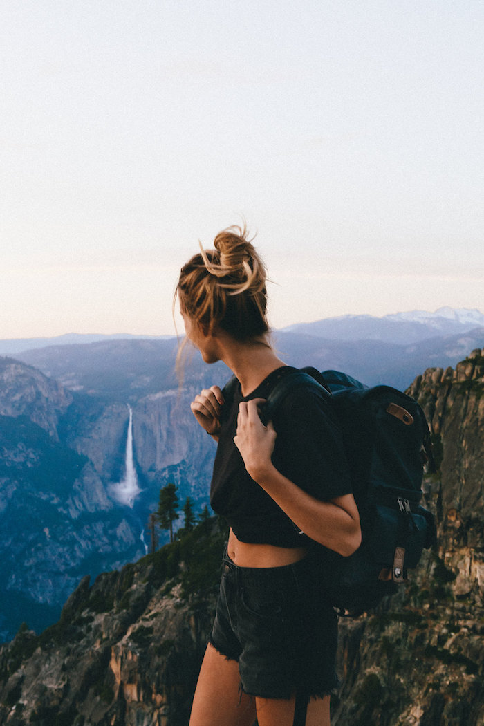 magnifique vue yosemiti motagne et chute d eau fille en hike cheveux chignon habit ado fille vetement fille 12 ans mode ado fille 2020