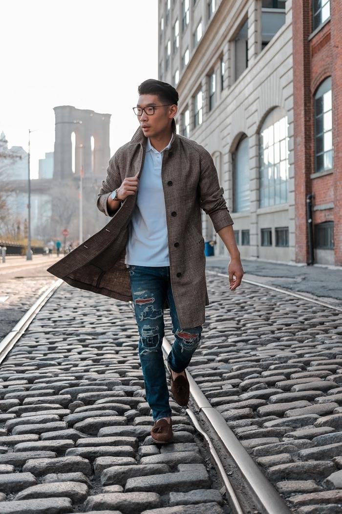 manteau prince de galles motifs carreaux chemise blanche manches courtes jeans troués style casual smart tenue classe homme