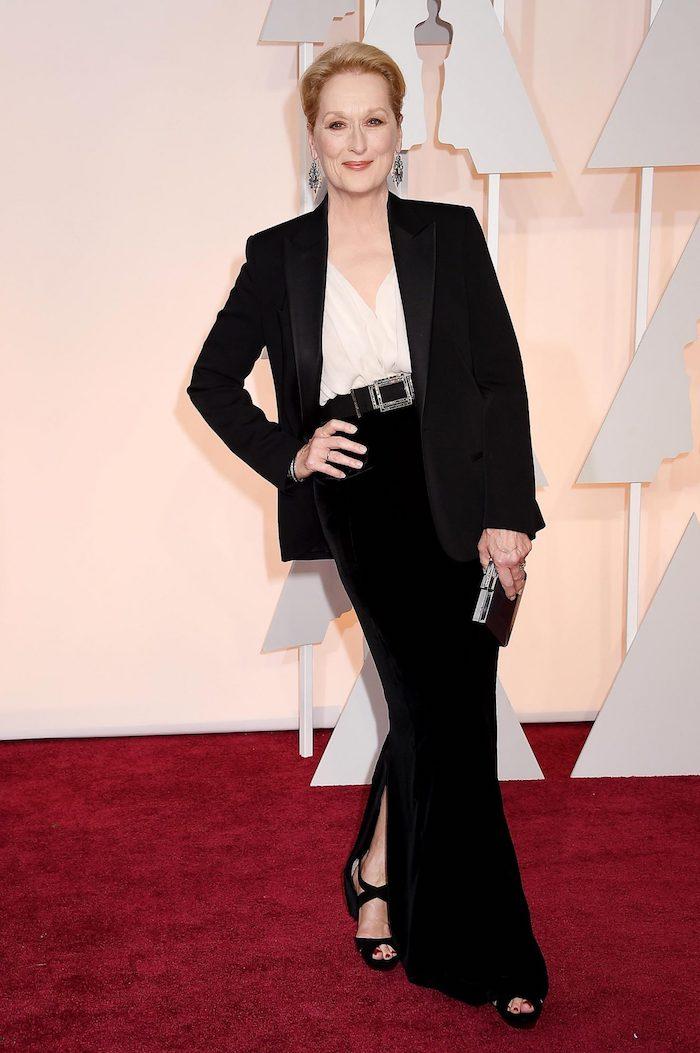 mery streep en tenue avec pantalon noir et chemise et veste noir idée pantalon évasée avec fente tenue élégante femme 60 ans