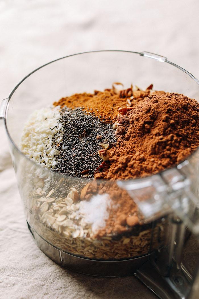 mettre tous les ingredients dans un melangeur pour faire granola chocolat coco aux flocons d avoine graines de chia noix de coco rapé cacao