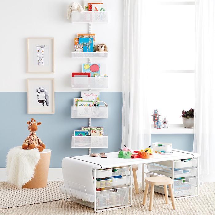 meuble de rangement jouet salle de jeux enfant belle déco bleu et blanc pour petit enfant coin art