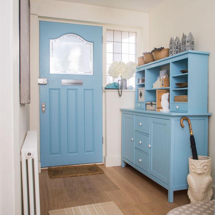 meuble hall entrée repeint de bleu pastele t porte couleur bleu pastel deco hall d entrée bleue avec des murs blanc cassé