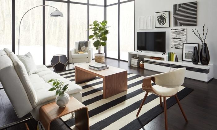 meubles bois chaise bois et blanc tapis motifs rayures blanc et noir canapé blanc deco salon moderne noir et blanc gris