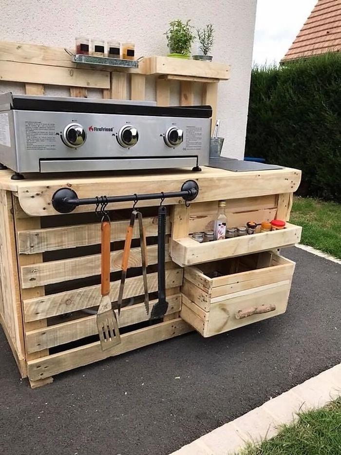 meubles en palette diy bricolage été recyclage palette de bois cuisine d ete extérieure petit espace rangement vertical ouvert