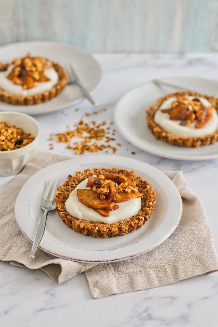 mini tarte de petit dejeuner aux flocons d avoine cannelle noix siropd d erable avec yaourt et pommes caramélisées