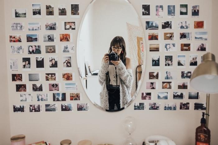 miroir ovale décoration murale avec photos polaroid lampe de bureau métal idée comment habiller un mur avec photos
