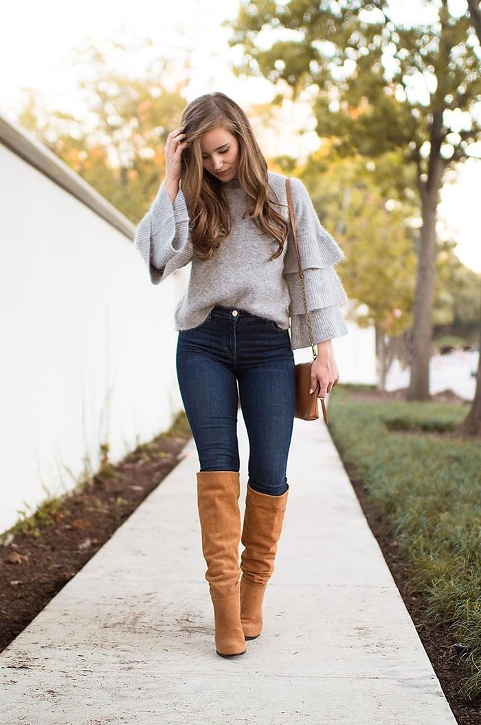 mode automne 2020 femme jeans foncés taille haute pull gris manches bouffantes bottes velours camel talons sac bandoulière