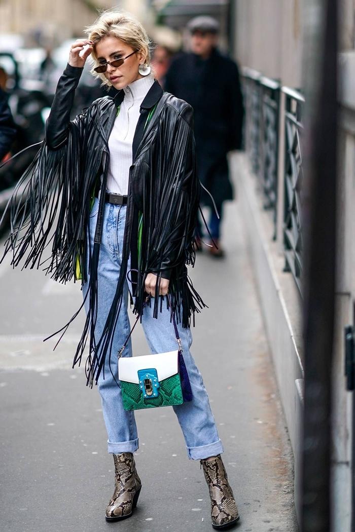mode automne 2020 femme veste cuir noir franges blouse blanche jeans clairs taille haute femme bottines motifs serpent