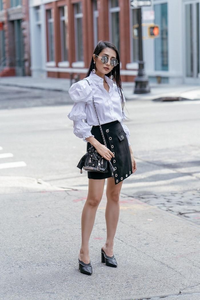mode automne 2020 juoe courte noire chemise blanche manches bouffantes tenue blanc et noir chaussures talons noires