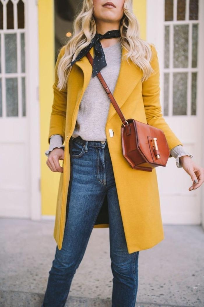 mode automne hiver 2020 couleurs tendance manteau long jaune jeans femme pull beige sac bandoulière cuir marron