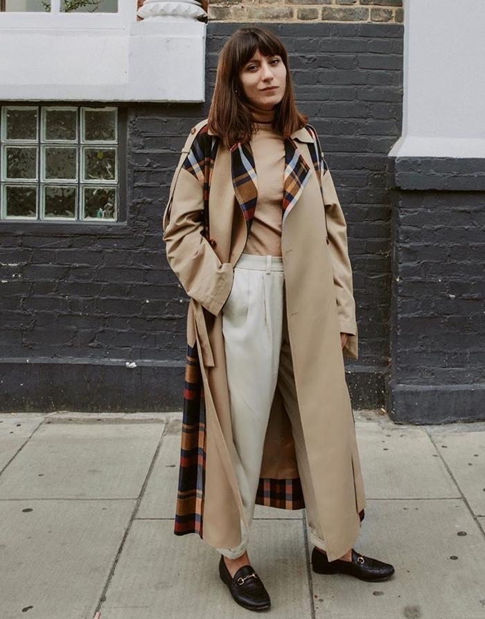 mode automne hiver 2020 pantalon fluide blanc pull beige chaussures noires manteau long beige motifs carreaux imprimés tendance automne