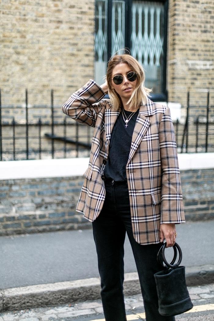 mode femme 2020 blazer oversize motifs carreaux beige et blanc pantalon noir t shirt noir veste xxl femme lunettes de soleil