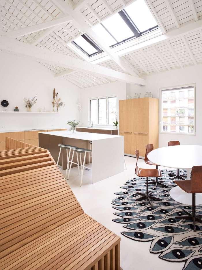 modele aménagement appartement en bois et blanc avec plan de travail ilot central blanc table salle à manger blanche et chaises de bois ossature bois apparente repeinte de blanc