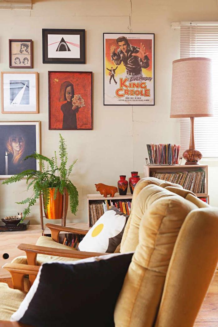 motif année 70 deco murale mur de cadres artistique mobilier vintage bois et meuble vinyle plante dans pot en laiton
