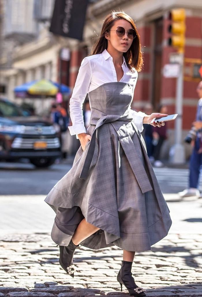 motif ecossais chemise blanche robe fluide coupe asymétrique bustier ceinture chaussures à talons gris foncé lunettes de soleil