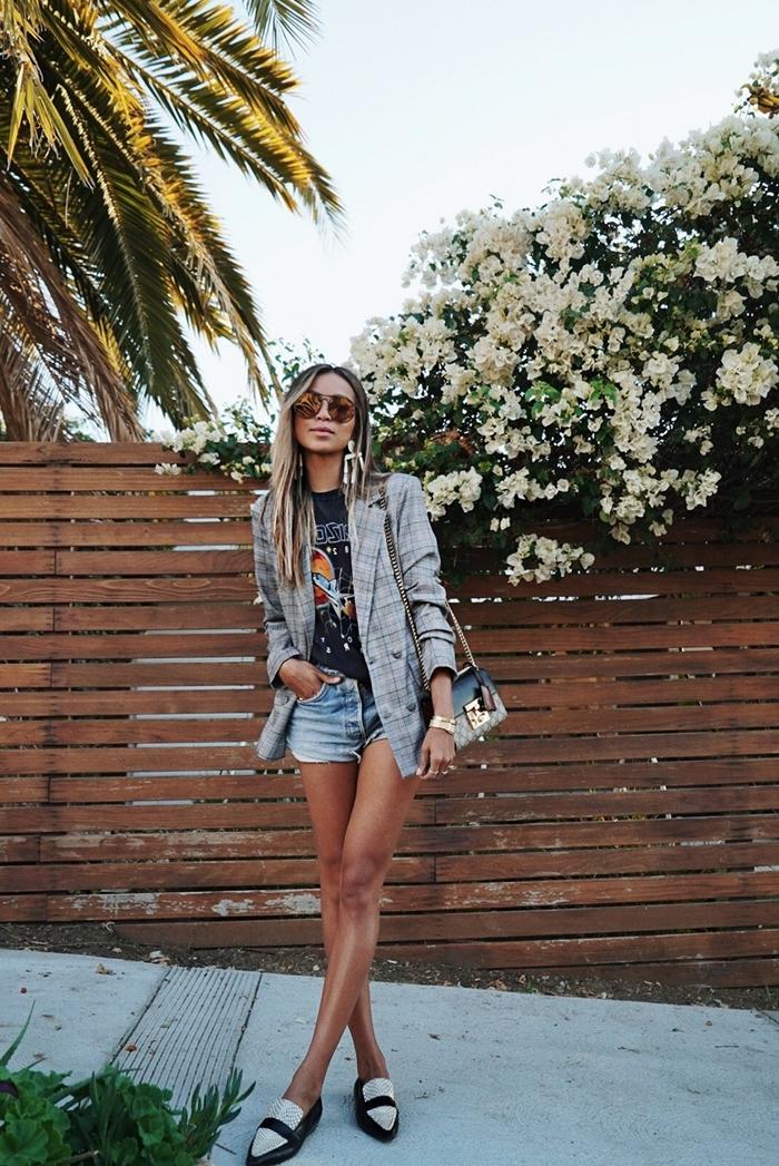 motif prince de galles vêtements femme shorts denim t shirt noir blazer motifs carreaux gris clair montre or lunettes soleil