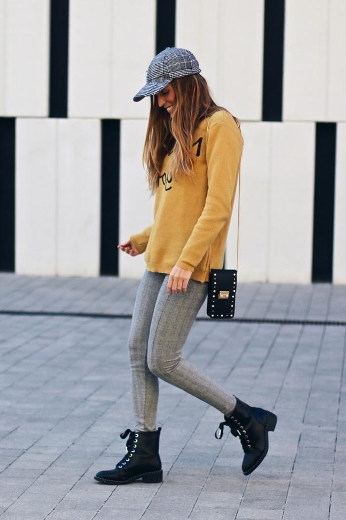 motif tartan style vestimentaire femme tenue casual chic pantalon gris motifs carreaux bottines cuir noir blouse jaune moutarde