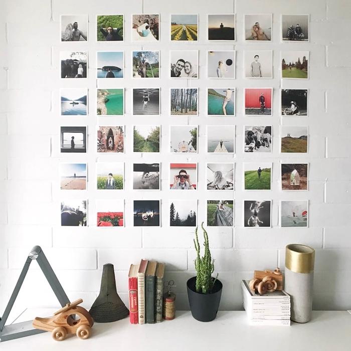 mur de photos déco avec polaroids livres accessoires revêtement mural briques blanches plante verte d intérieur collection cds