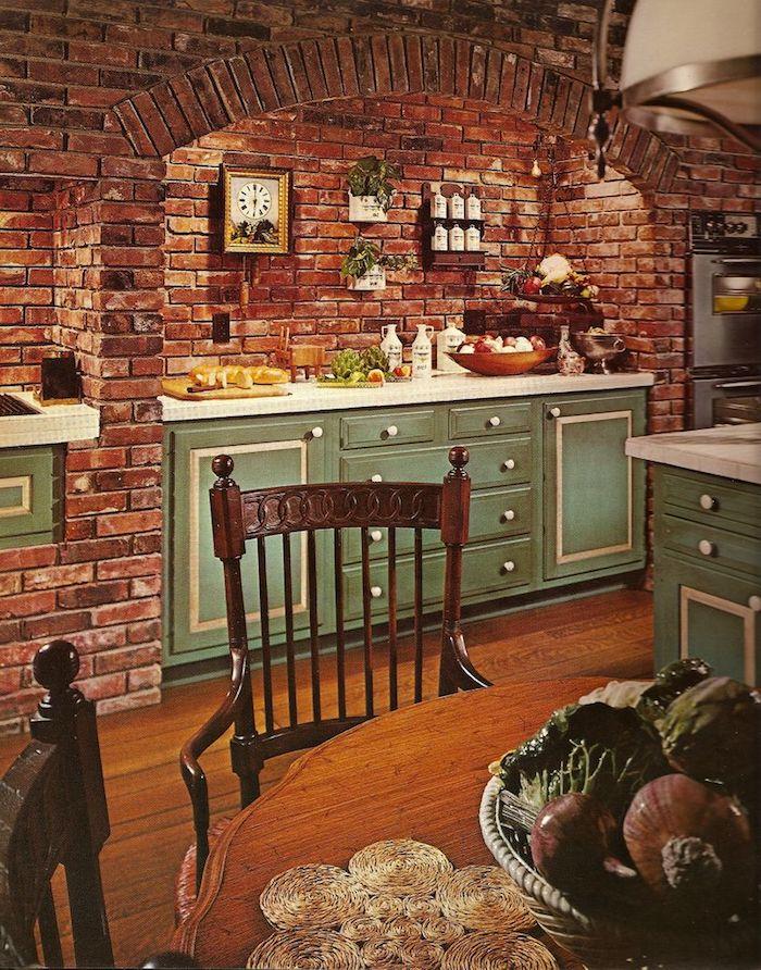 murs de briques meuble bas cuisine vert celadon herbes en pots table à manger et chaises vintage