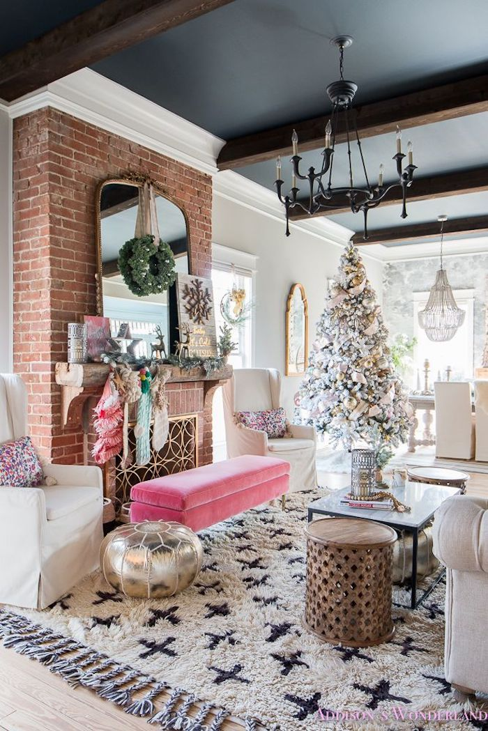 noel déco sapin blanc canapé rose peinture mur et plafond decoratif original plafond couleur maison originale idee decoration
