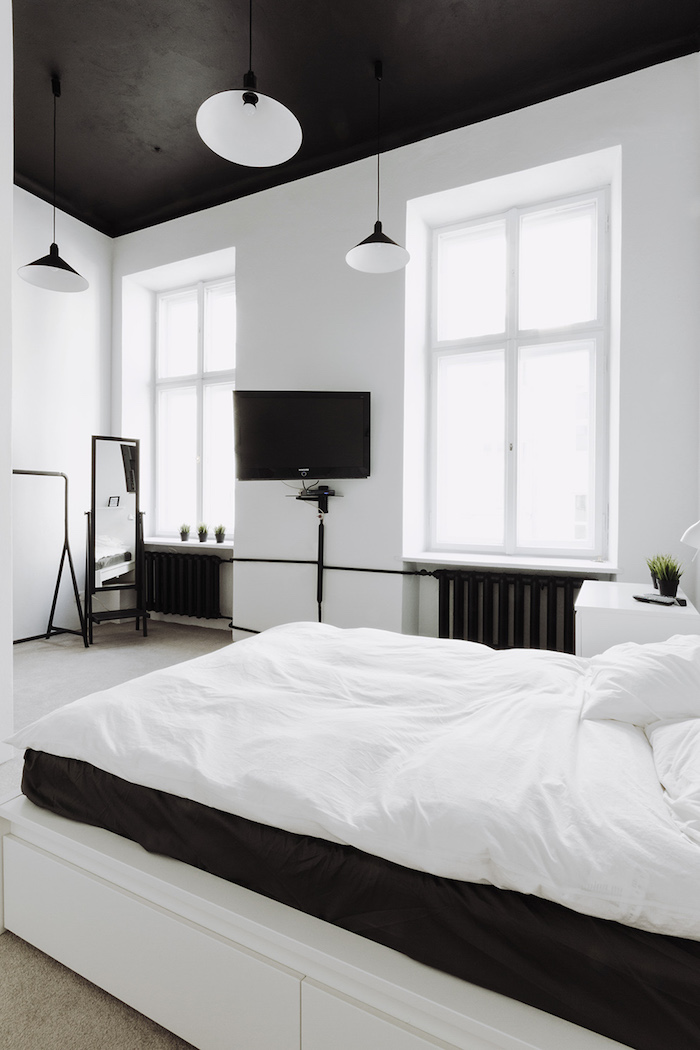 nordique deco blanc mur et plafon d noir lit confortable tv lustre ikea décoration plafond salon inspiration plafond noir étoilé