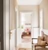 palfond blanc et peinture couloir etroit couleur beige tapis oriental banc de palier couloir vintage