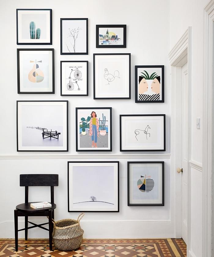 panier rangement carrelage motifs géométriques beige et marron chaise noire decoration murale interieur cadres photos noirs