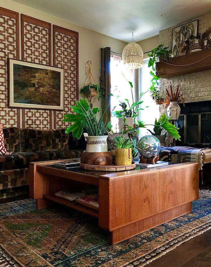 panneau mural bois table0basse bois avec rangement plante verte boule disco deco disco de salon moderne année 70