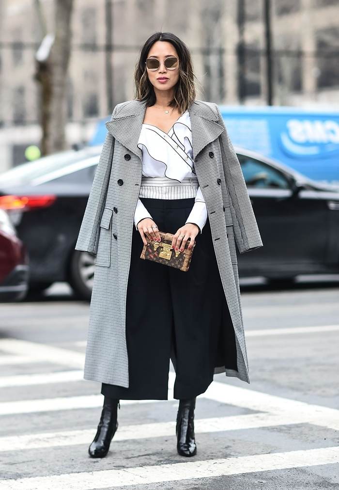 pantalon fluide taille haute longuer cheville bottines cuir noir idée tenue soirée simple chemise blanche décolleté volants