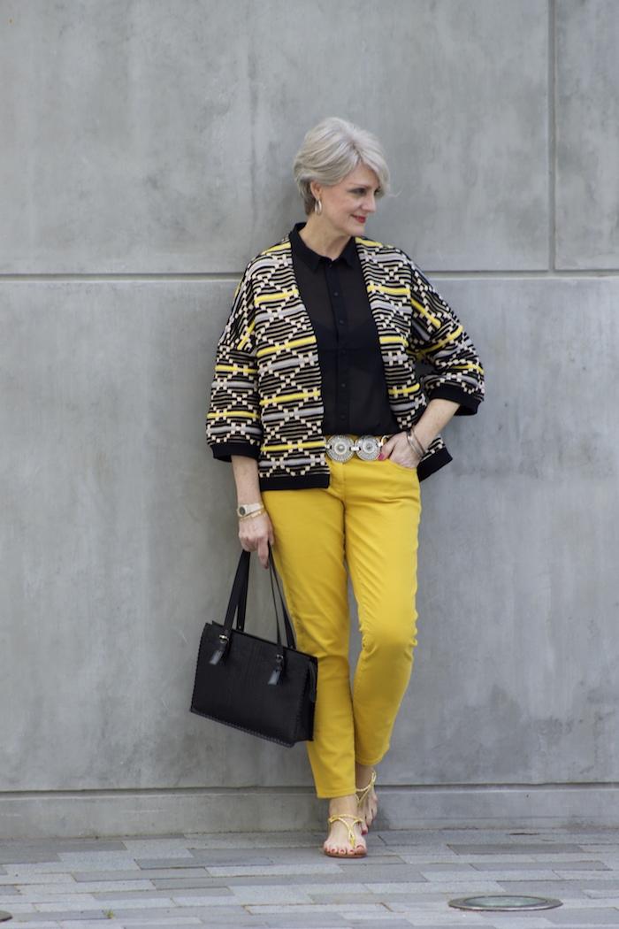 pantalon jaune et chemise noire transparente veste femme jane noir et blanc à figures geometriques