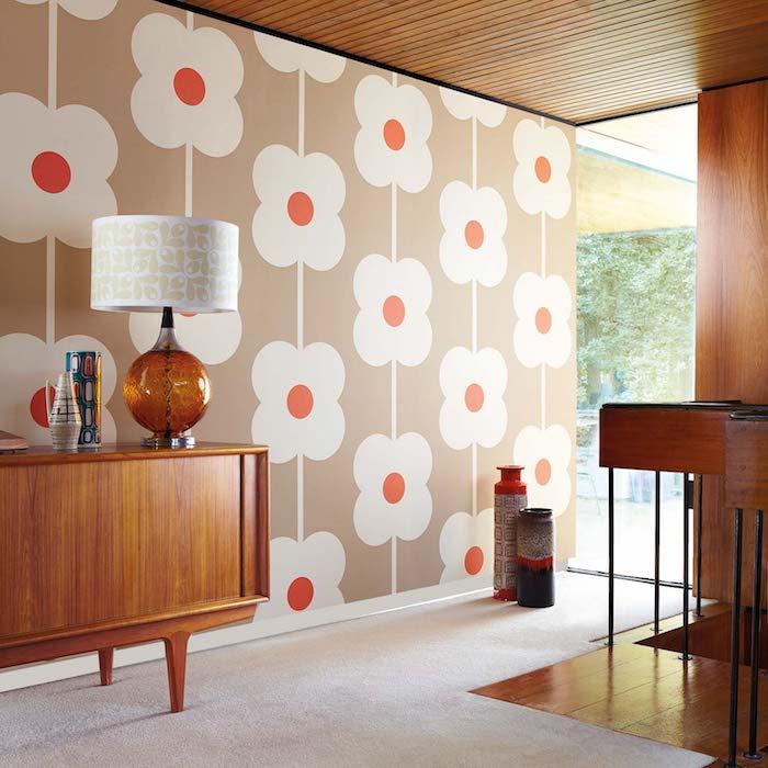 papier peint à motifs fleuri et meuble année 70 en bois lample vintage chic idee déco seventies originale