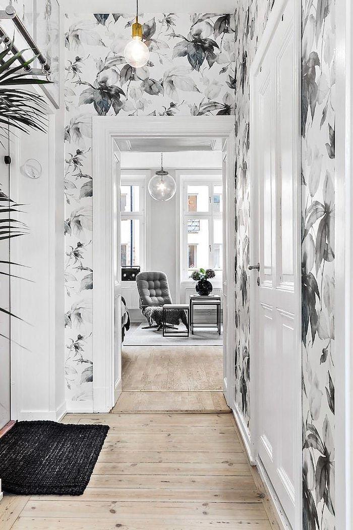 papier peint pour couloir motif fleuri noir et blanc et parquet bois clair decoration couloir moderne scandinave