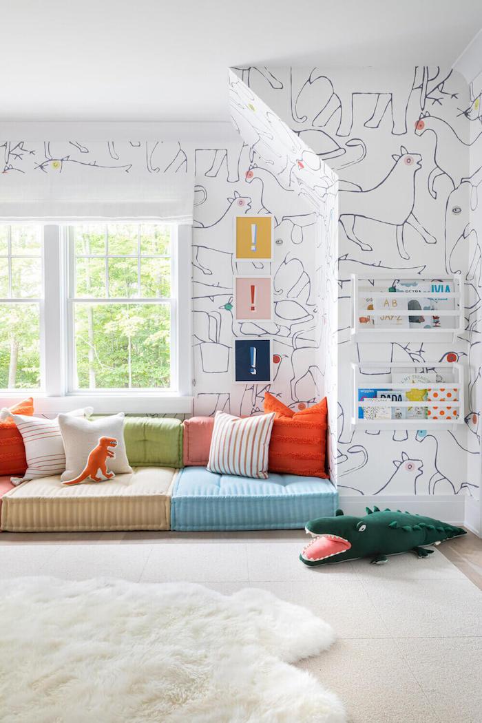 papier peinte motif animaux dessinés par un enfant chambre lumineuse meuble enfant ikea salle de jeux enfant amusement