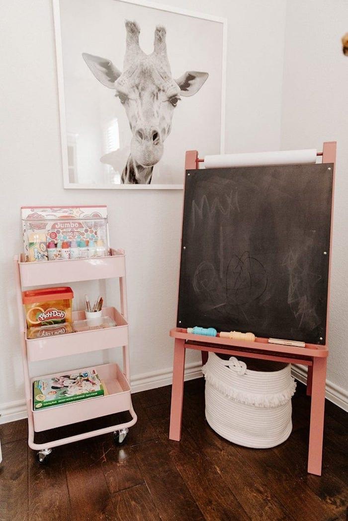 peindre et etudier ardoise enfant déco salle de jeux rangement chambre fille inspiration photo de giraffe sur le mur