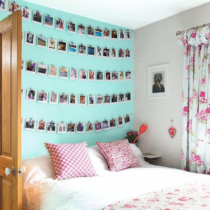 peinture chambre ado couleur turquoise coussin rouge et blanc avec pompons décoration murale chambre rideaux motifs roses