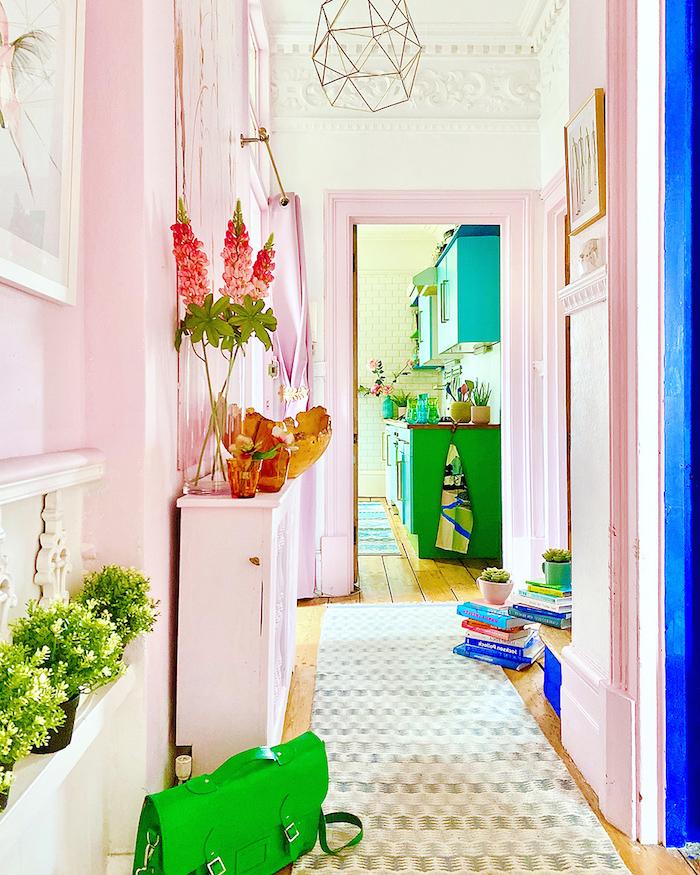 peinture couleur rose pastel et blanc pour repeindre un couloir avec quelques accents verts idée déco couloir originale