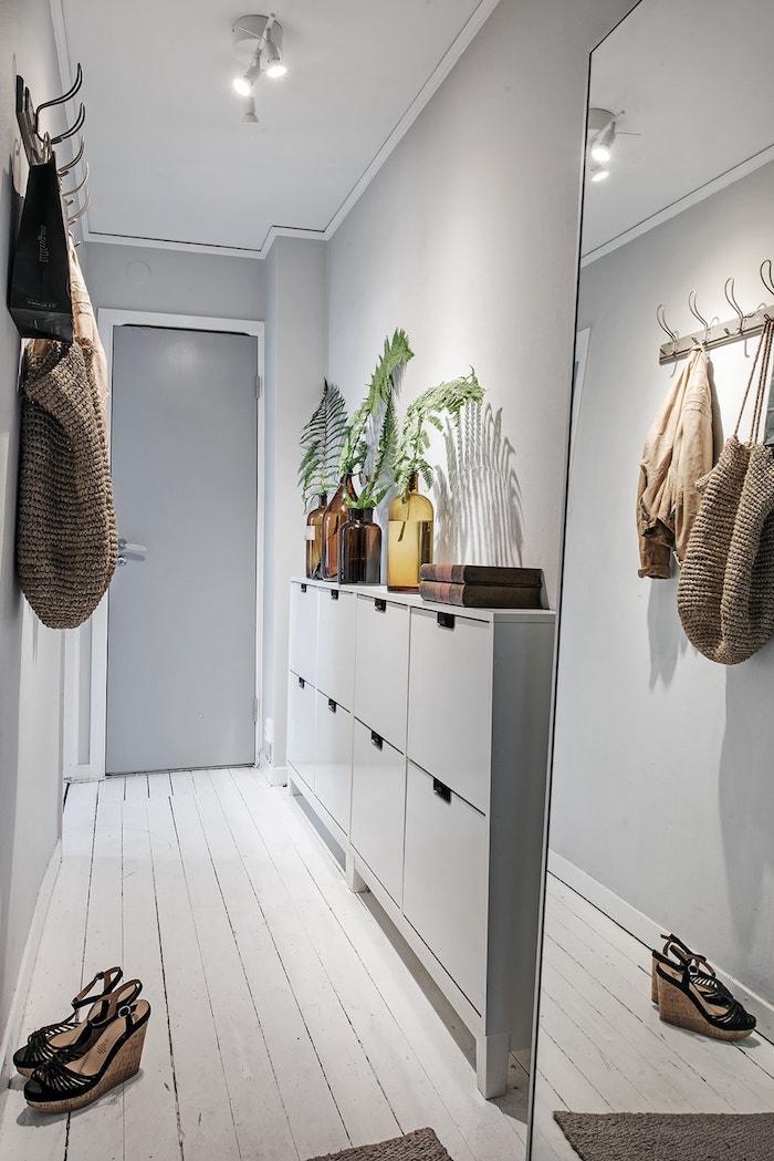 peinture couloir etroit en gris perle avec des portes gris foncé meuble entrée blanche sol parquet blanchi miroir taille humaine