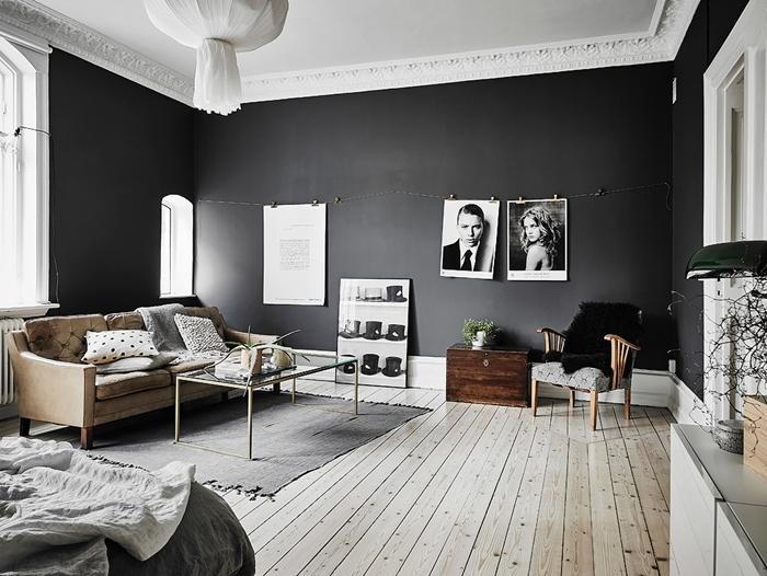 peinture foncée mur gris anthracite plafond blanc plancher bois tapis gris canapé beige tableau noir et blanc déco murale
