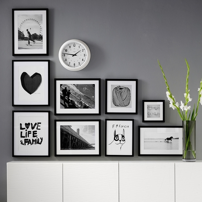 peinture murale grise horloge photos blanc et noir vase verre decoration murale interieur cadres photos noirs commode blanche