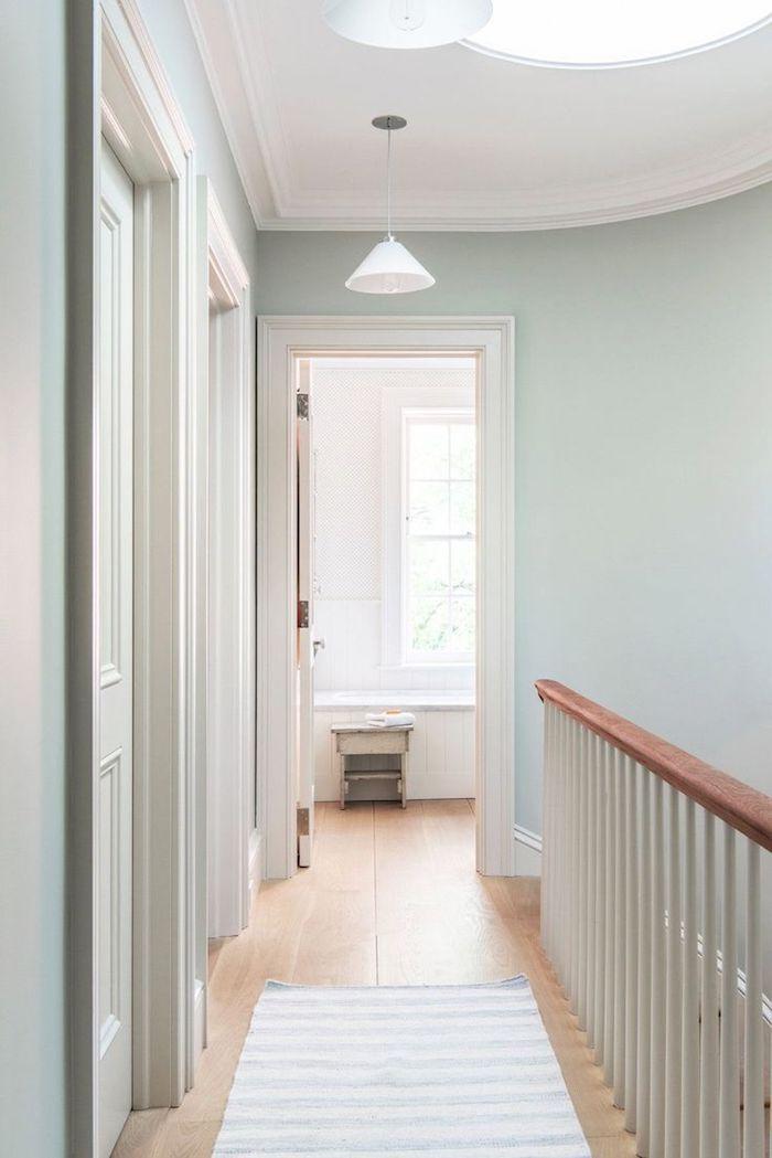 peinture murale vert celadon clair idée palier aménagement couloir simple comment l agrandir