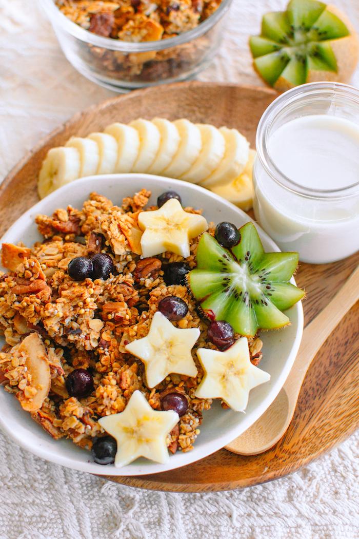 petit dejeuner sans sucre idée de granola maison flocons de noix de coco noix variés dlocons d avoine et purée de fruits idee repas healthy et rassasiant