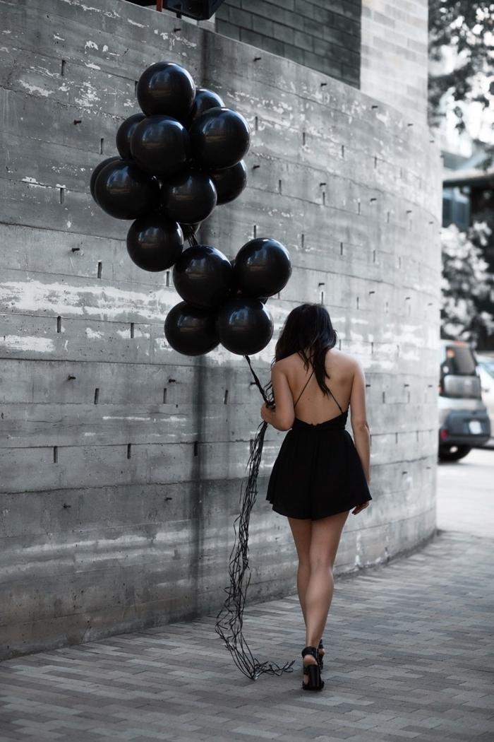 petite robe noire courte robe d anniversaire 18 ans dos nu bretelles chaussures à talons noires célébration tenue femme