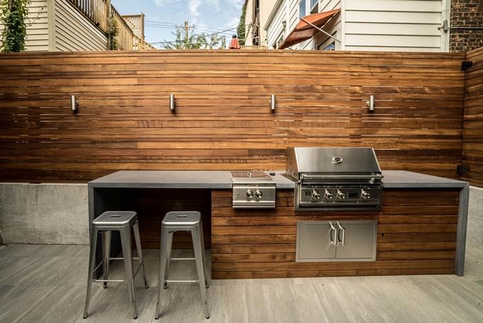 plan de travail exterieur décoration cuisine bois et inox tabourets de bar gris plan terrasse bois gris clair design extérieur moderne style