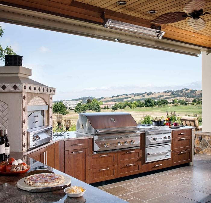 plan de travail marbre gris cuisine exterieure complete ventilateur de plafond décoration cuisine jardin vue meubles bois