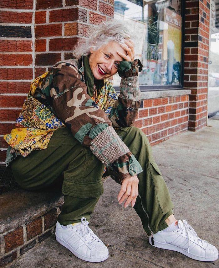 porter des baskets a 50 ans idée tenue boheme casual avec pantalon vert kaki et chemise colorée