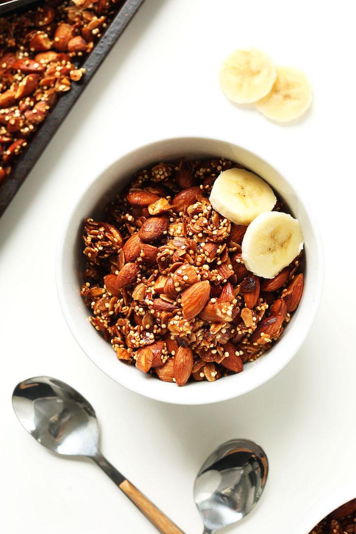 preparation petit dejeuner healthy granola fait maison à base d amandes quinoa flocons d avoine recette simple et rapide