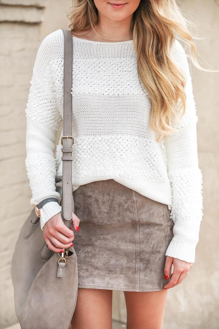 pull blanc jupe velours gris idée tenue femme casual chic comment porter une jupe courte avec pull oversize sac à main gris