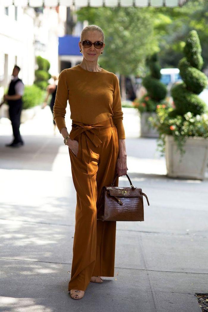 pull et pantalon femme jaune moutarde avec sac à maon marron exemple mode femme 5o ans réussi