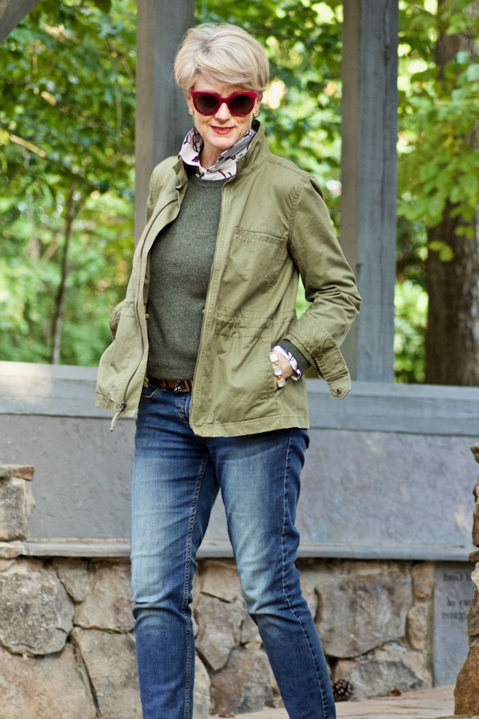 pull et veste couleur verte look vestimentaire femme 60 ans avec hean idée coupe de cheveux court femme 60 ans